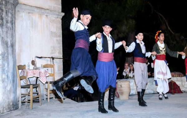 Μαθήματα παραδοσιακών κρητικών χορών